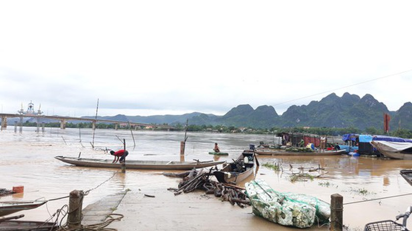 Quang Binh swamped by floodwaters ảnh 7