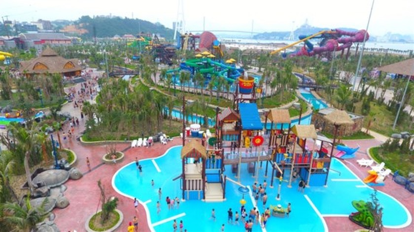Visitors flock to water park in Halong due to heat wave ảnh 1