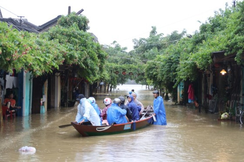 Flooding occurs in Hoian ancient city ảnh 4