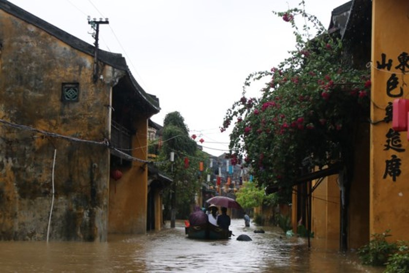 Flooding occurs in Hoian ancient city ảnh 5