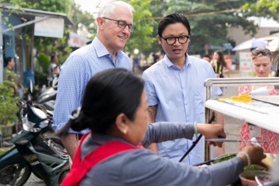 Australian Prime Minister enjoys his first 'Bánh mì' in Danang ảnh 3