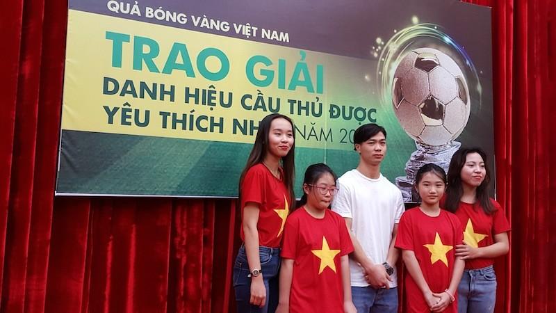 Striker Nguyen Cong Phuong meets football fans in HCMC ảnh 4