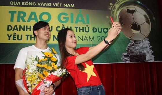 Striker Nguyen Cong Phuong meets football fans in HCMC ảnh 1