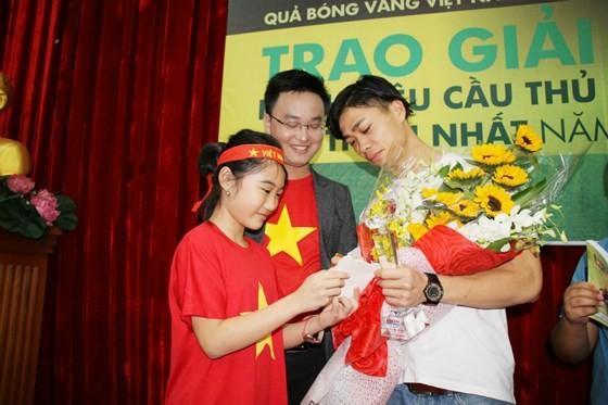 Striker Nguyen Cong Phuong meets football fans in HCMC ảnh 2