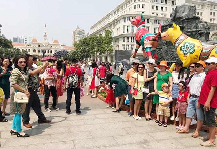 Visitors experience bustle in City Center ảnh 2