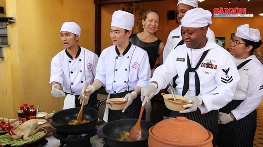 USS Carl Vinson's chefs make Vietnamese dishes ảnh 3
