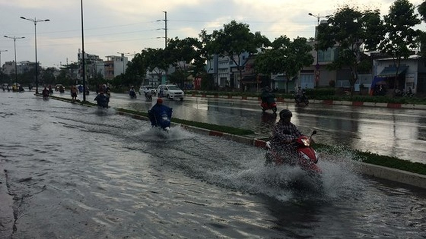 Heavy rains hit city on April 30 ảnh 1