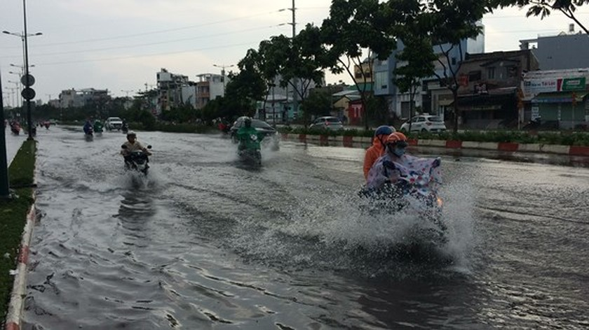 Heavy rains hit city on April 30 ảnh 2