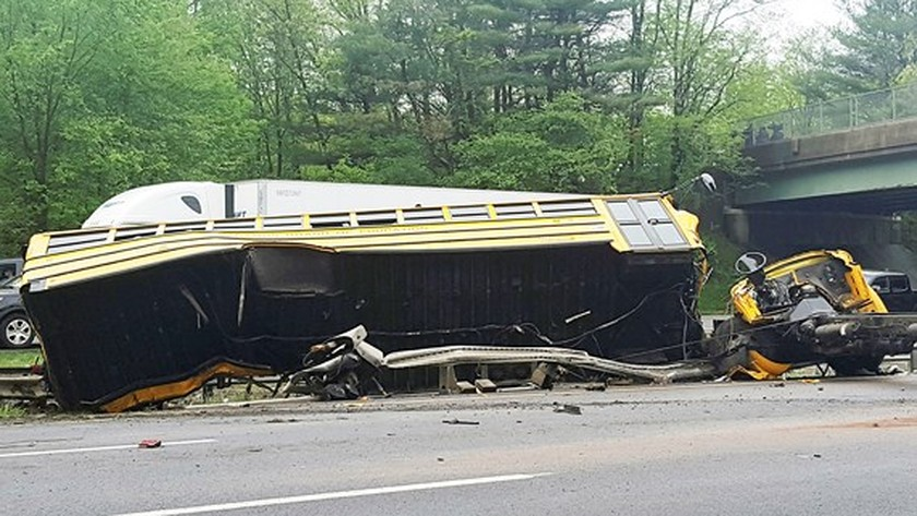 Student, teacher killed, 43 injured in US bus crash ảnh 1