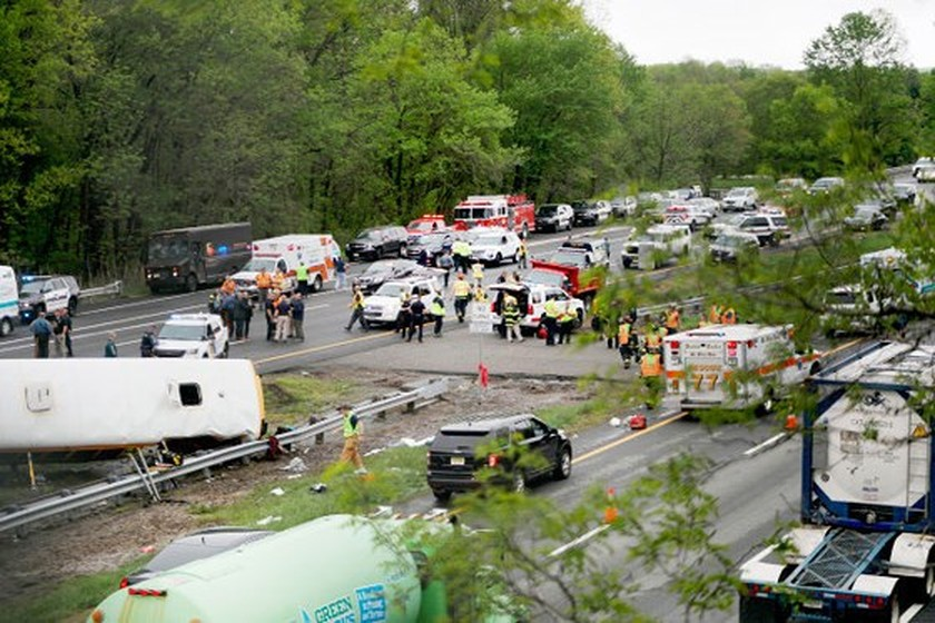 Student, teacher killed, 43 injured in US bus crash ảnh 3