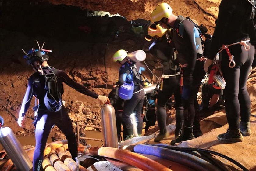 All 12 boys and football coach rescued from cave: Thai navy SEAls ảnh 3