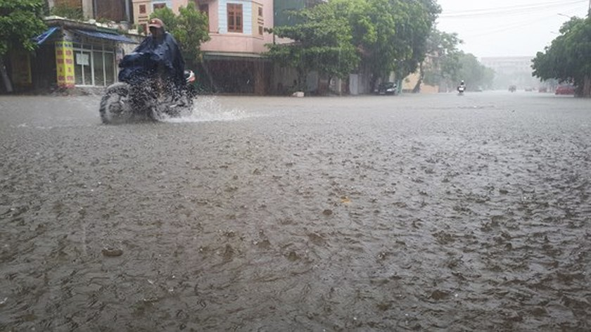 VIDEO: Heavy rains flood Ha Tinh streets ảnh 1
