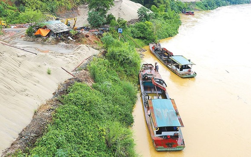 Floods leave thousands of damaged houses ảnh 1