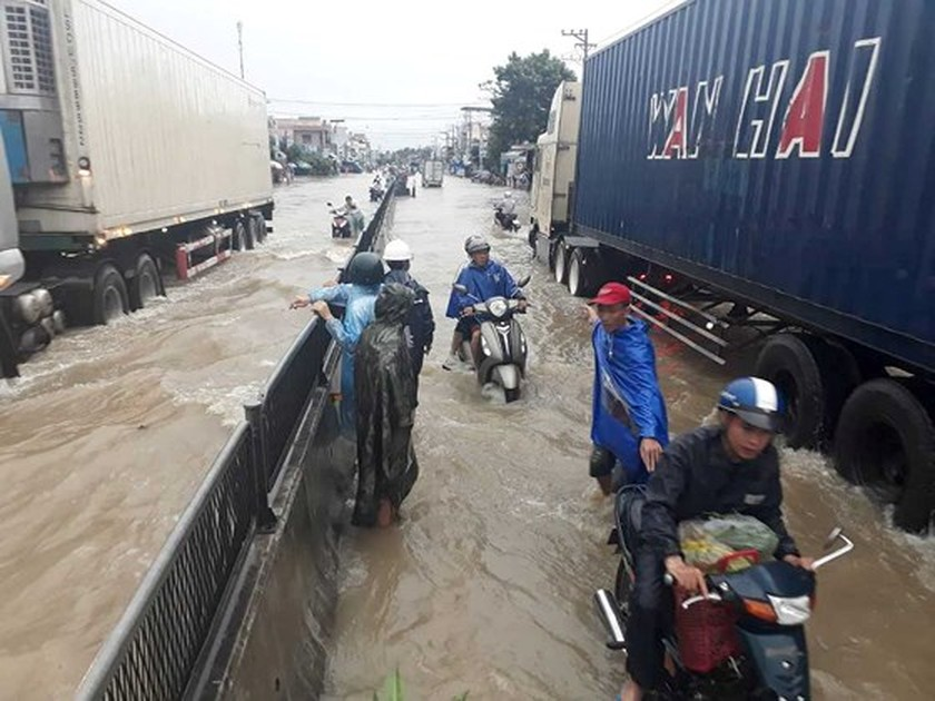 Prolonged rains isolate many streets in Khanh Hoa Province ảnh 1