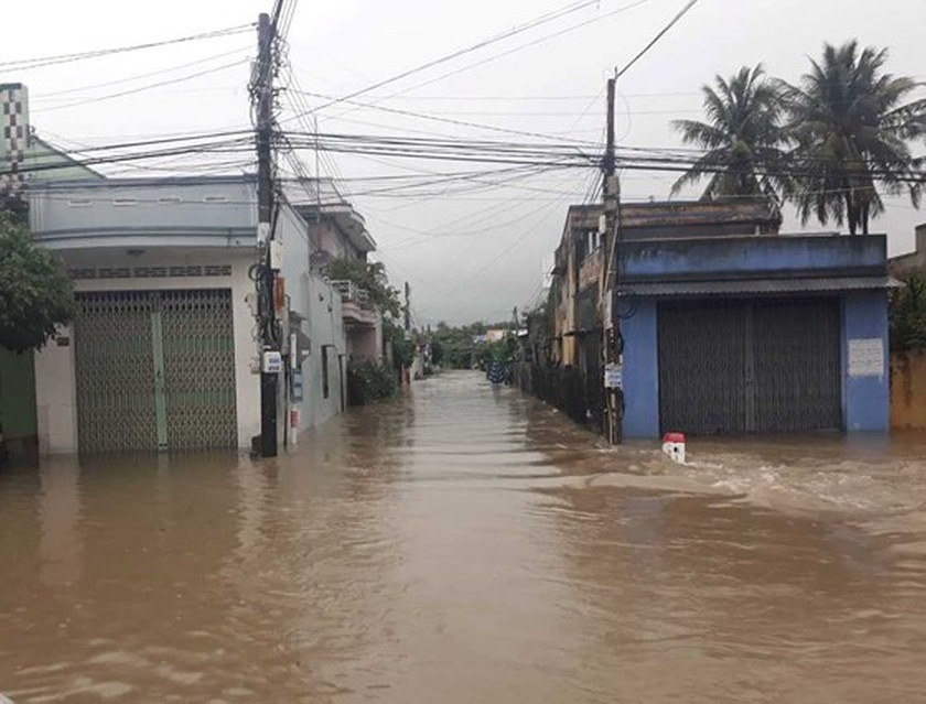 Prolonged rains isolate many streets in Khanh Hoa Province ảnh 3