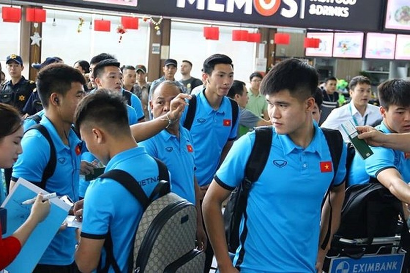 Vietnam's football team arrives in Kuala Lumpur for first leg-finals ảnh 2