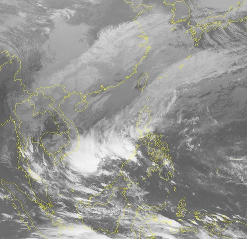 Tropical low-pressure weakens; another low-pressure zone forms near East Sea  ảnh 1