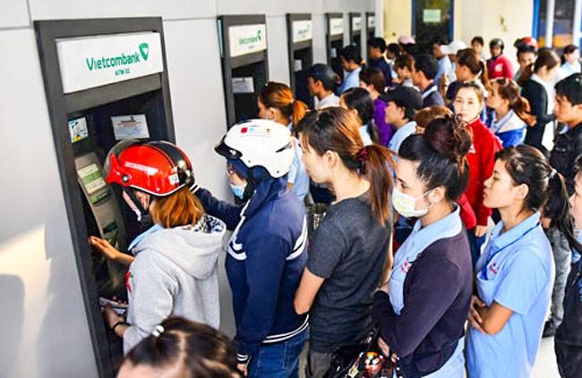Tăng phí ATM, bóp người thu nhập thấp ảnh 1