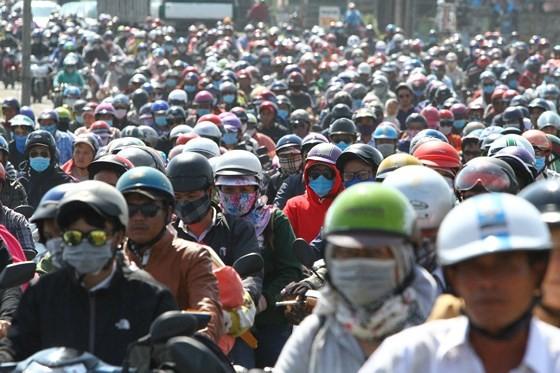 Người dân từ miền Tây đổ về TPHCM sau tết, quốc lộ 1A kẹt xe kinh hoàng hàng km ảnh 2