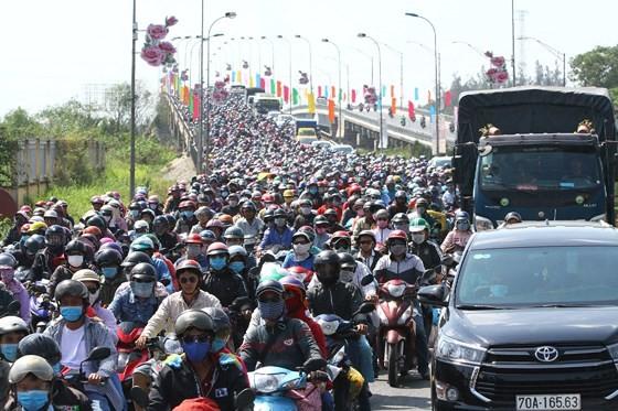 Người dân từ miền Tây đổ về TPHCM sau tết, quốc lộ 1A kẹt xe kinh hoàng hàng km ảnh 5