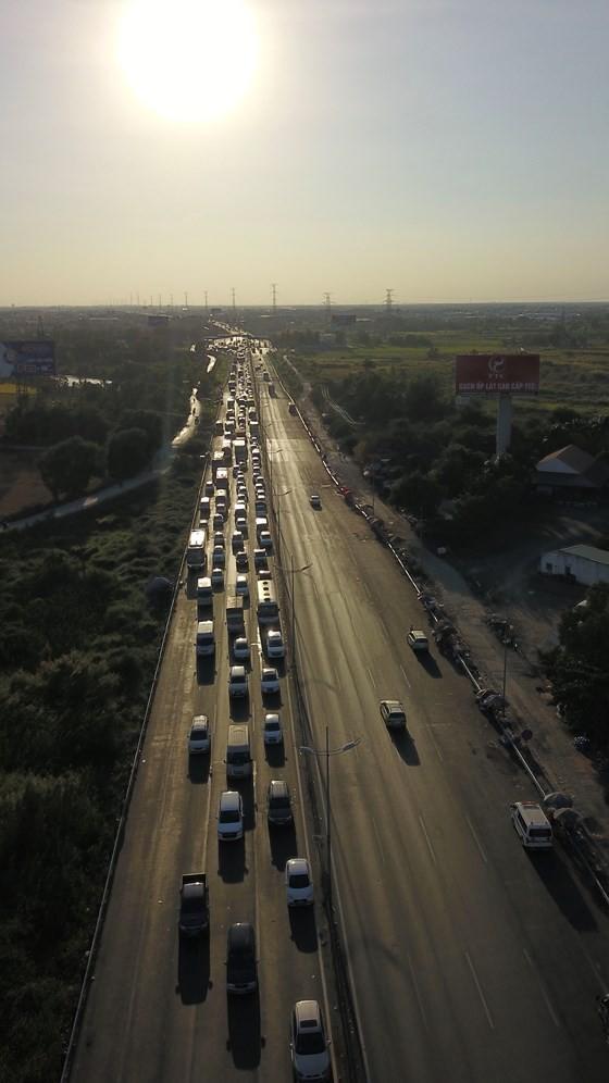 Người dân từ miền Tây đổ về TPHCM sau tết, quốc lộ 1A kẹt xe kinh hoàng hàng km ảnh 11