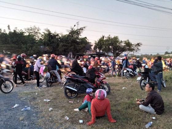 Người dân từ miền Tây đổ về TPHCM sau tết, quốc lộ 1A kẹt xe kinh hoàng hàng km ảnh 10