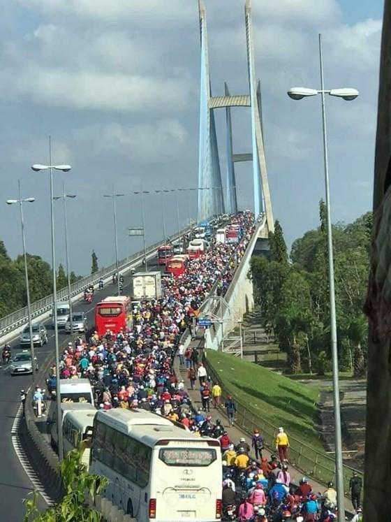 Người dân từ miền Tây đổ về TPHCM sau tết, quốc lộ 1A kẹt xe kinh hoàng hàng km ảnh 17