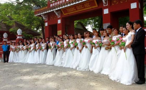 Tưng bừng đám cưới tập thể cho 22 cặp đôi đầu tiên tại Huế ảnh 1