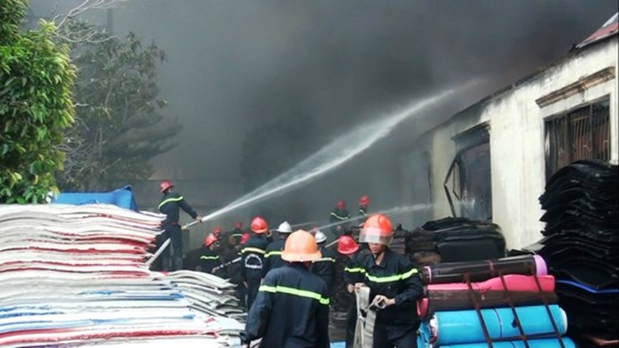5 giờ chống chọi đám cháy kinh hoàng tại nhà xưởng rộng 3.000m² ở Bình Chánh ảnh 27