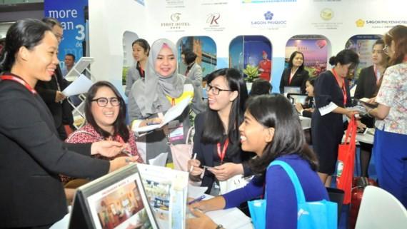Khách đặt tour, khách sạn tại Hội chợ Du lịch Quốc tế TPHCM 2017. Ảnh: CAO THĂNG