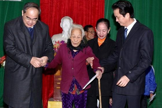 Bí thư Thành ủy TPHCM dâng hương tưởng niệm tại Khu di tích Đại thi hào Nguyễn Du ảnh 4