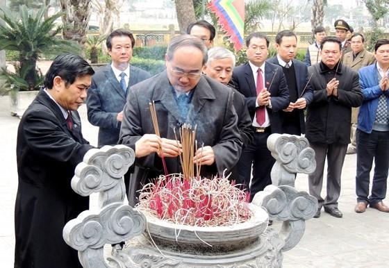 Bí thư Thành ủy TPHCM dâng hương tưởng niệm tại Khu di tích Đại thi hào Nguyễn Du ảnh 1