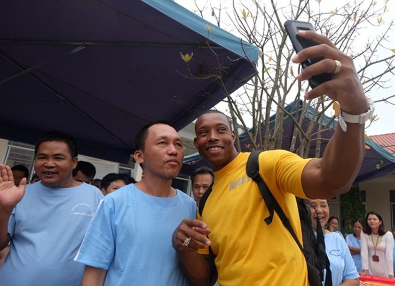 Thủy thủ tàu sân bay Hoa Kỳ thăm Trung tâm điều dưỡng người tâm thần ở Đà Nẵng ảnh 4