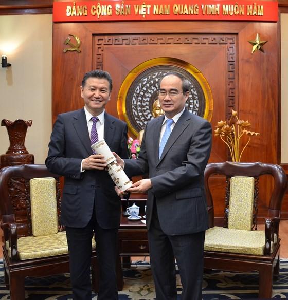 Bí thư Thành ủy TPHCM Nguyễn Thiện Nhân tiếp Chủ tịch Liên đoàn Cờ vua thế giới ảnh 2