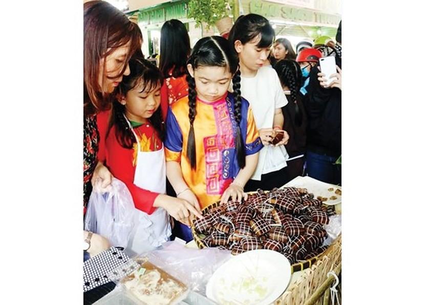 Người dân và du khách tham dự lễ hội