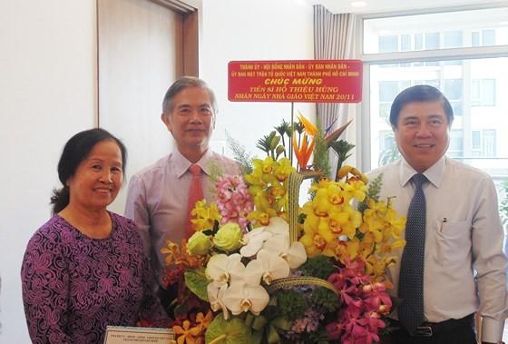 Bí thư Thành ủy TPHCM Nguyễn Thiện Nhân thăm và chúc mừng các nhà giáo tiêu biểu ảnh 4