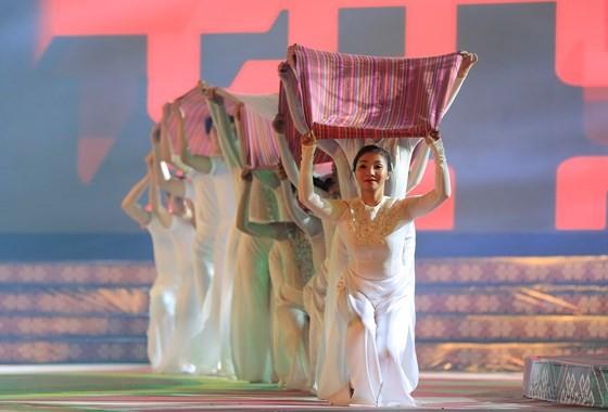 Tôn vinh thổ cẩm trong đêm khai mạc Lễ hội Văn hoá thổ cẩm Việt Nam lần thứ I ảnh 10