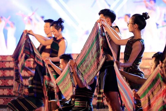 Tôn vinh thổ cẩm trong đêm khai mạc Lễ hội Văn hoá thổ cẩm Việt Nam lần thứ I ảnh 4