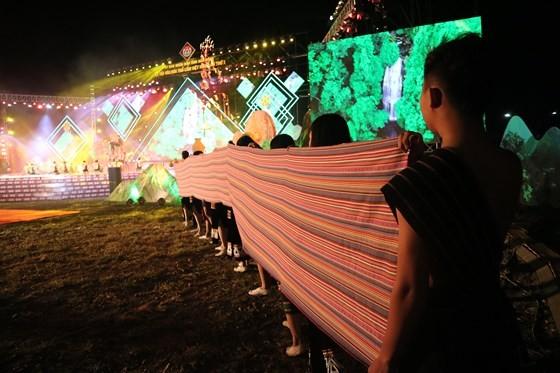 Tôn vinh thổ cẩm trong đêm khai mạc Lễ hội Văn hoá thổ cẩm Việt Nam lần thứ I ảnh 6