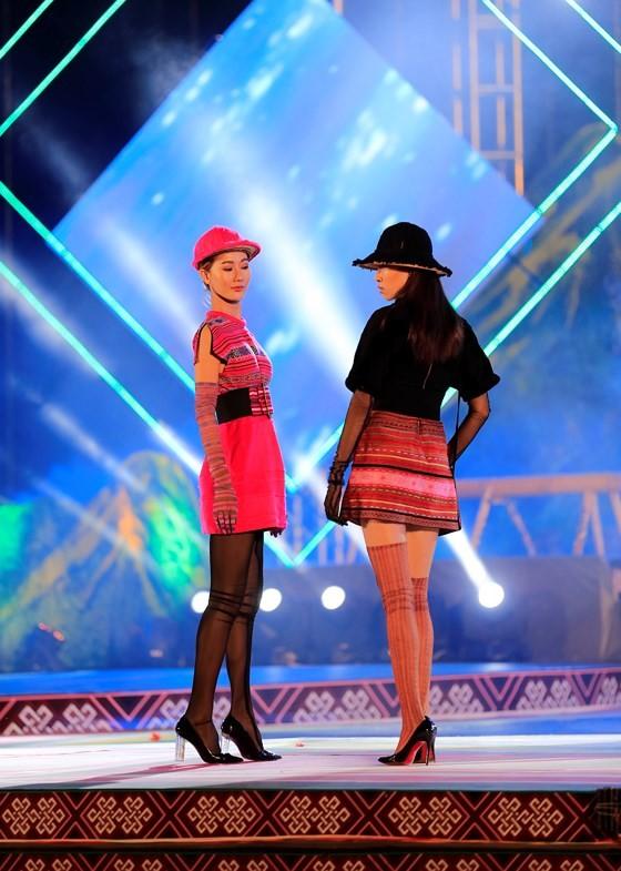 Tôn vinh thổ cẩm trong đêm khai mạc Lễ hội Văn hoá thổ cẩm Việt Nam lần thứ I ảnh 8