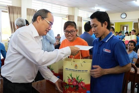 Bí thư Thành ủy TPHCM Nguyễn Thiện Nhân thăm, tặng quà tết ở Trà Vinh ảnh 2