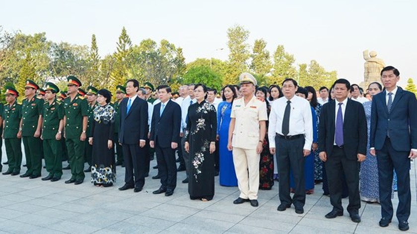 HCMC presents Tet offering to founders of nation, city ảnh 1