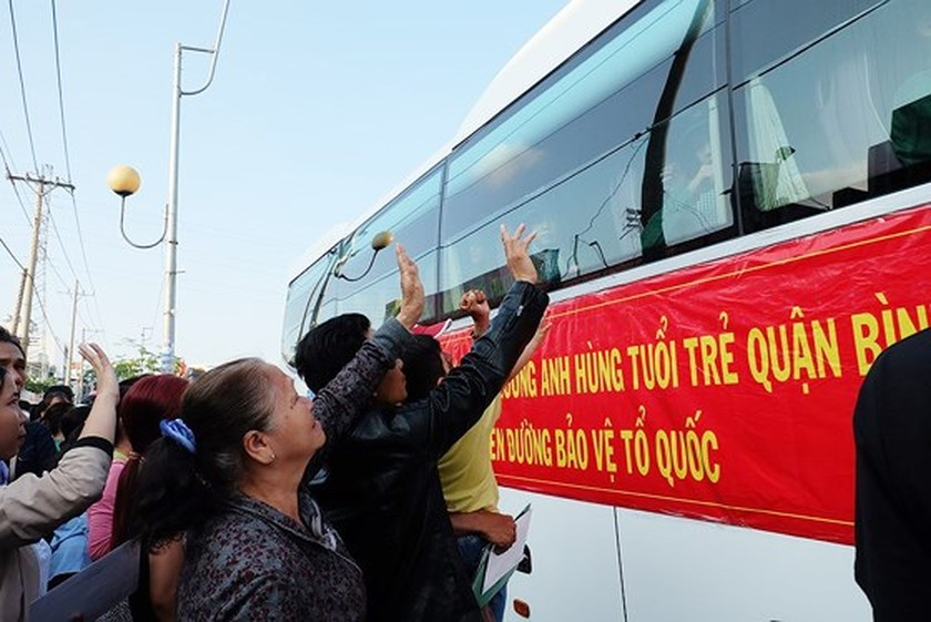 HCMC leaders bids farewell to new soldiers ảnh 10