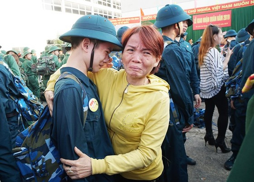 HCMC leaders bids farewell to new soldiers ảnh 15