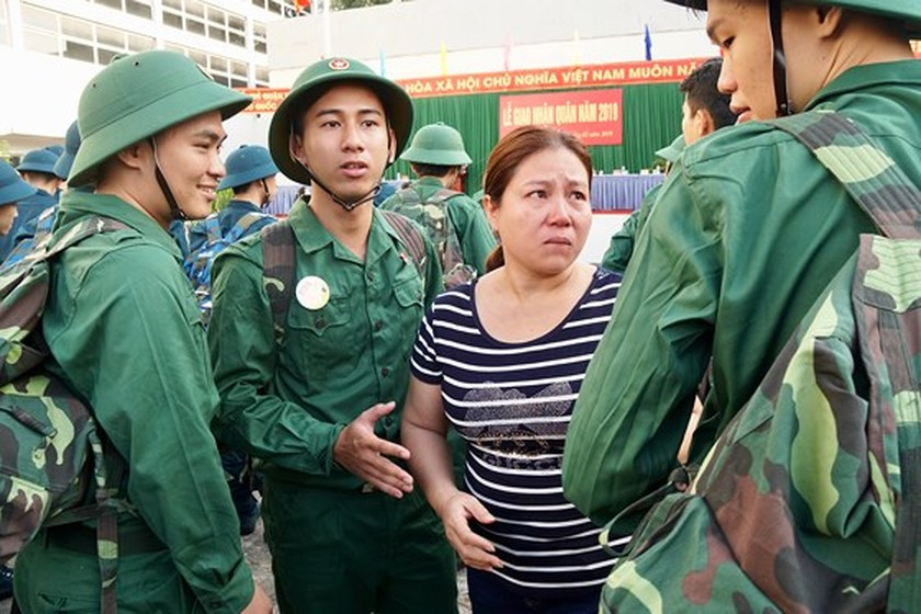HCMC leaders bids farewell to new soldiers ảnh 16