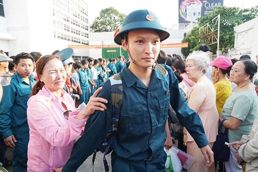 HCMC leaders bids farewell to new soldiers ảnh 17