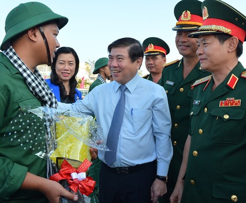 HCMC leaders bids farewell to new soldiers ảnh 1