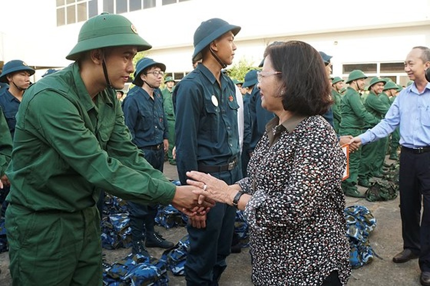 HCMC leaders bids farewell to new soldiers ảnh 3