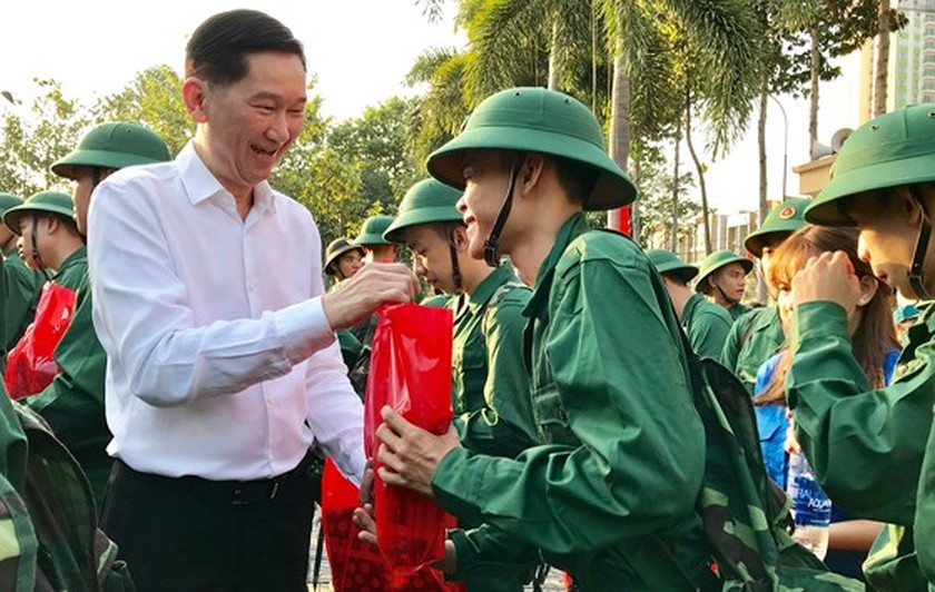 HCMC leaders bids farewell to new soldiers ảnh 6
