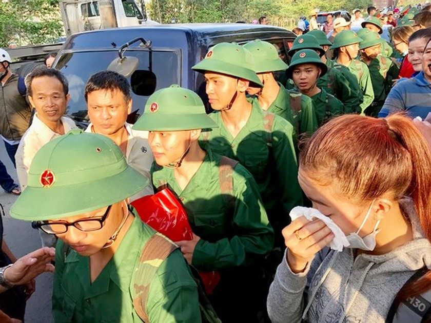 HCMC leaders bids farewell to new soldiers ảnh 8